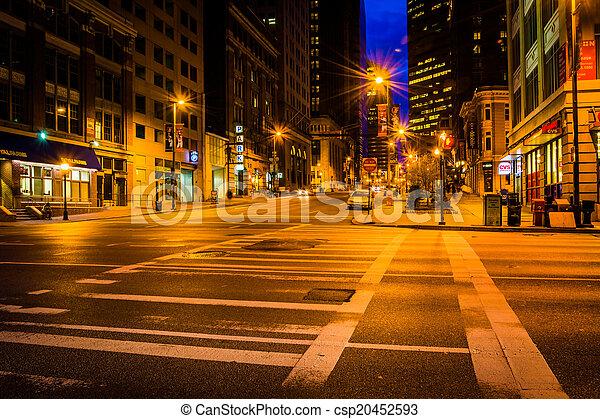 Una intersección de noche en Baltimore, Maryland. - csp20452593