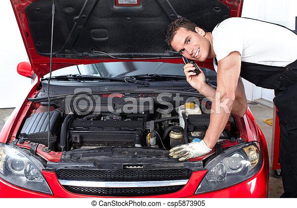 Un Mecanico Guapo Que Trabaja En Una Tienda De Reparaciones Canstock The series is created and produced by guillermo del bosque for televisa. un mecanico guapo que trabaja en una