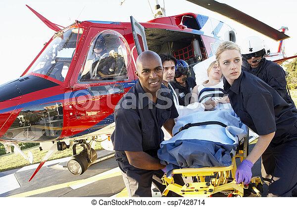 Los paramédicos descargan al paciente de Medevac - csp7428714
