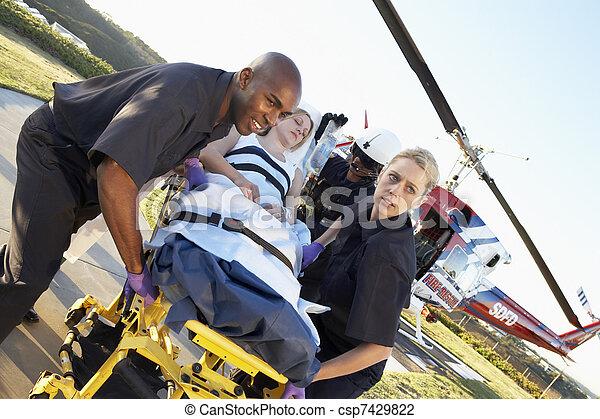 Los paramédicos descargan al paciente de la evacuación médica - csp7429822