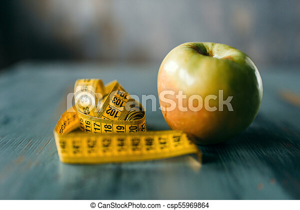 Manzana y cinta métrica, concepto de adelgazamiento - csp55969864