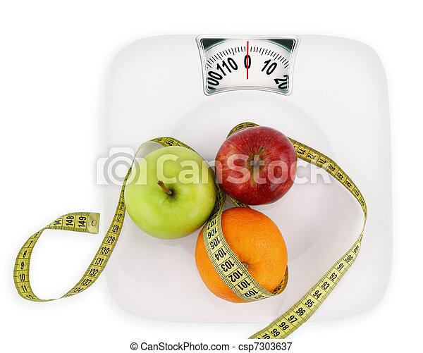 Concepto de dieta. Frutas con cinta de medición en un plato como la escala de peso - csp7303637