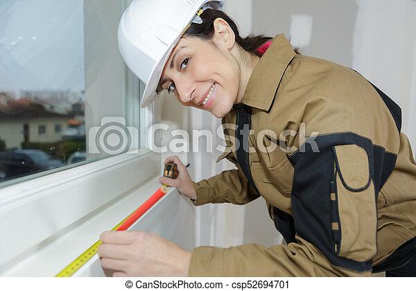 Midiendo la dimensión de la ventana rota antes de una reparación - csp52694701