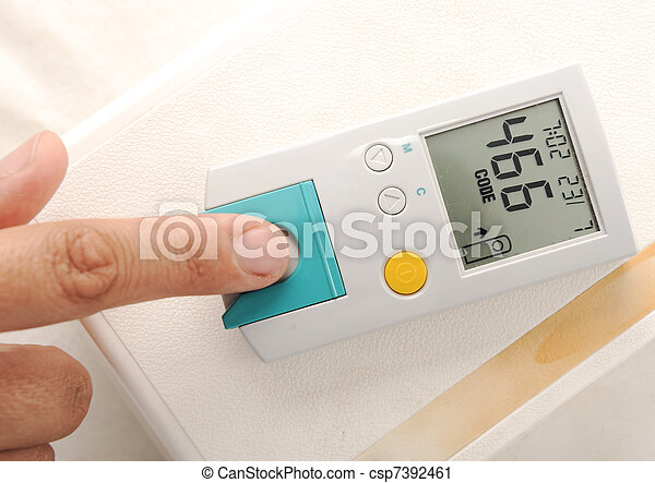 medindo, paciente, nível, exame sangue, glucose, diabetes - csp7392461