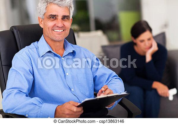 Psicólogo masculino de mediana edad en el cargo - csp13863146