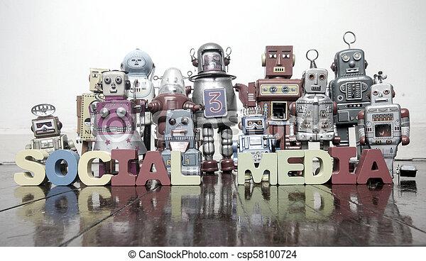 Las palabras MEDIA SOCIAL con juguetes robot retro en un suelo de madera - csp58100724