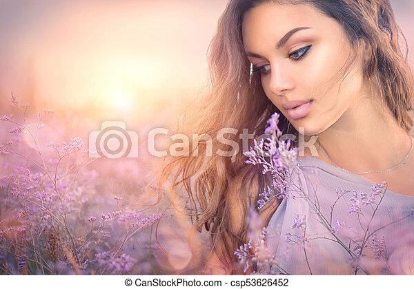 meisje, romantische, beauty, het genieten van, portrait., natuur, vrouw, mooi, ondergaande zon , op - csp53626452