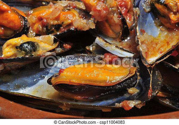 mejillones a la marinera, spanish mussels in marinara sauce - csp11004083
