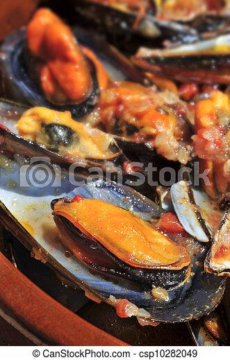 mejillones a la marinera, spanish mussels in marinara sauce - csp10282049