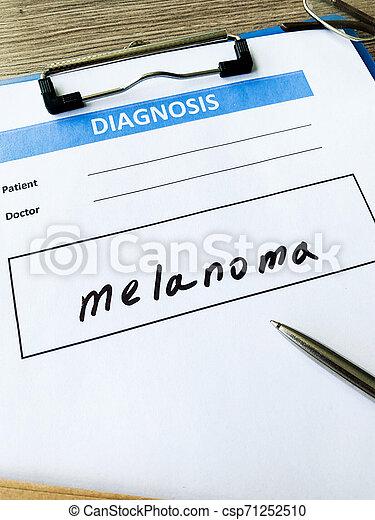 Melanoma de diagnóstico en forma médica en el escritorio del doctor - csp71252510