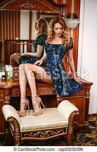menina, azul, boudoir, tabela, escuro, vestido, sentando, bonito, desgastar - csp50230396