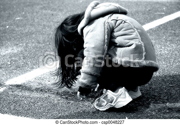 menina, crouching - csp0048227