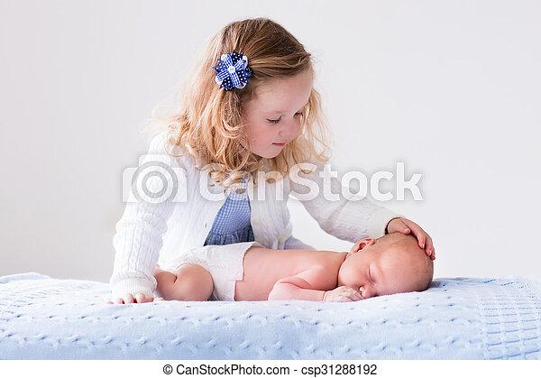 menininha, tocando, bebê recém-nascido, irmão - csp31288192