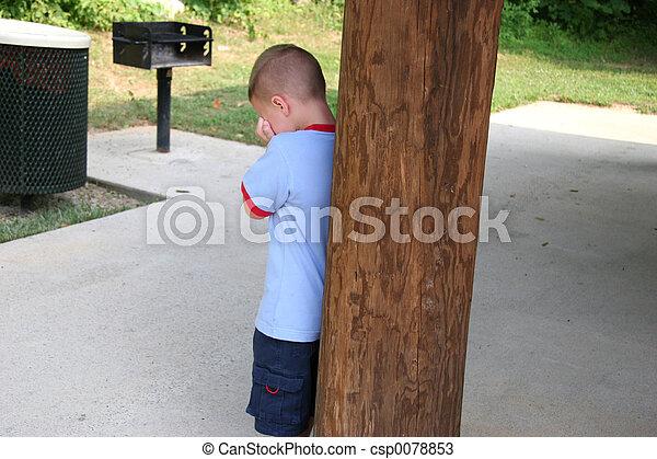 menino chorando, escondendo - csp0078853