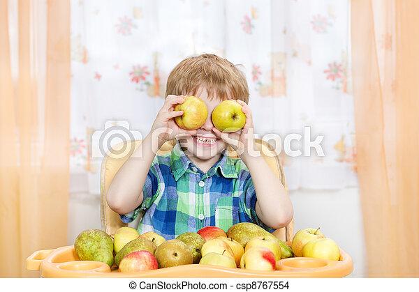 menino, dentro, maçãs, tabela, frente, retrato, fruits., tocando, feliz - csp8767554