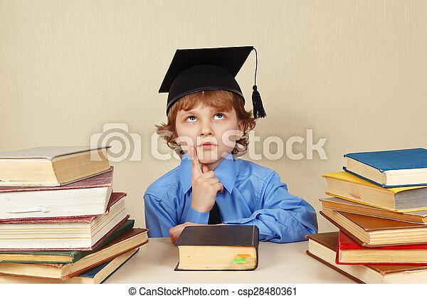 menino, pequeno, antigas, acadêmico, livros, sério, chapéu - csp28480361