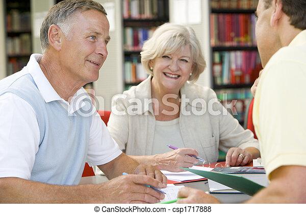 mensen, notitieboekjes, drie, bibliotheek, schrijvende , focus), (selective - csp1717888