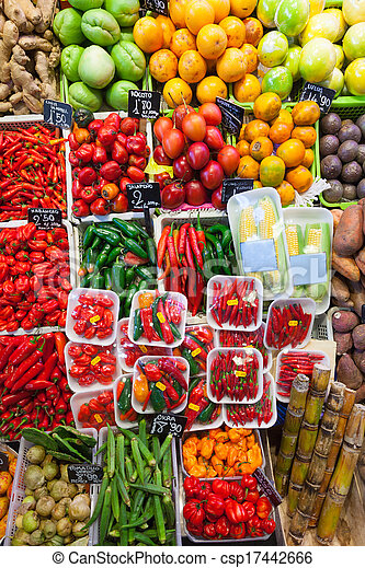 Chile con pimienta y verduras en el mercado - csp17442666