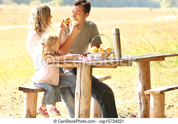 merienda campestre que tiene, familia joven, naturaleza - csp15724221