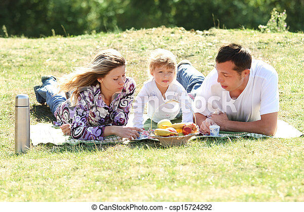 merienda campestre que tiene, familia joven, naturaleza - csp15724292