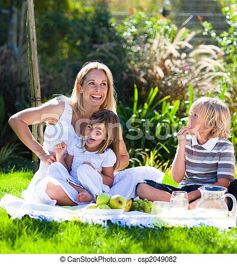 merienda campestre que tiene, niños, madre - csp2049082