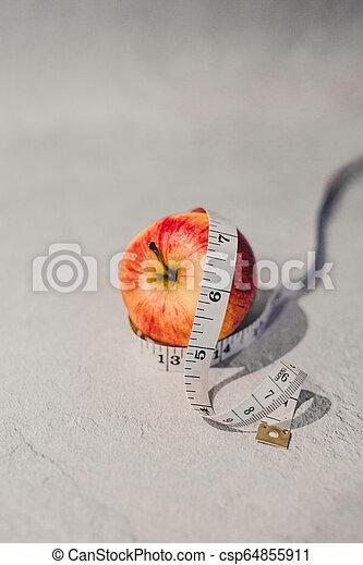 mesurer, autour de, il, bande, pomme rouge - csp64855911