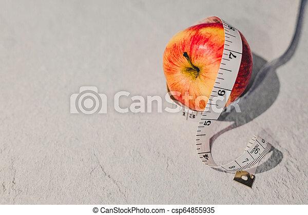 mesurer, autour de, il, bande, pomme rouge - csp64855935