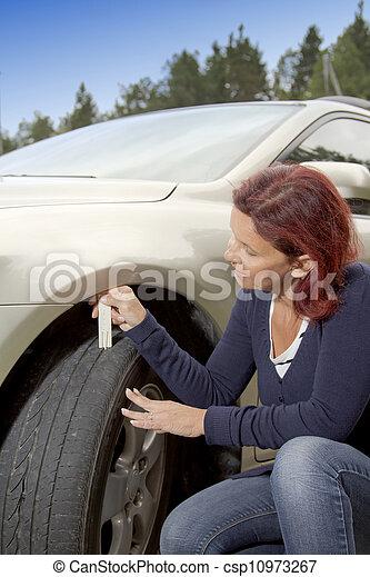 mesurer, profil, femme, chauffeur, pneu - csp10973267