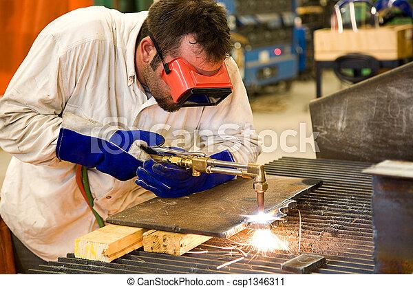 Trabajador en una fábrica de metal - csp1346311
