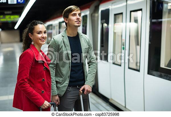 metro, pareja, estación, posición, joven - csp83725998