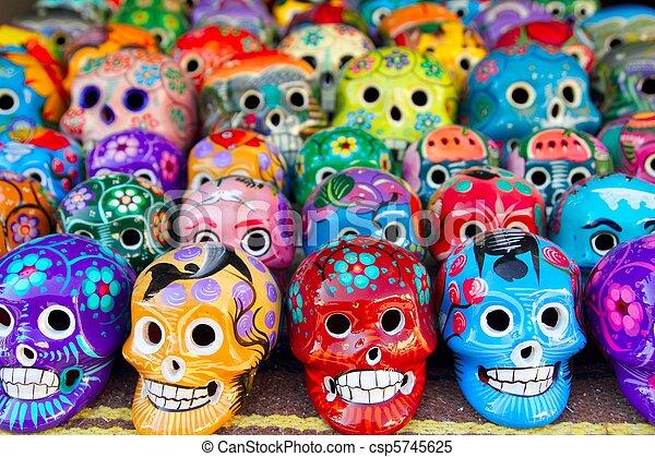 Los cráneos aztecas son el día mexicano de los muertos coloridos - csp5745625