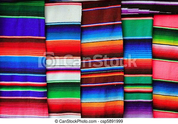 La textura colorida del serape mexicano - csp5891999