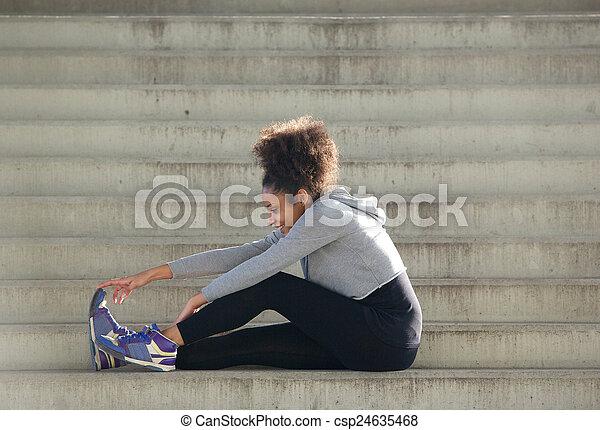 mięśnie, posiedzenie, rozciąganie, młody, ma na sobie kobietę, schody, noga - csp24635468