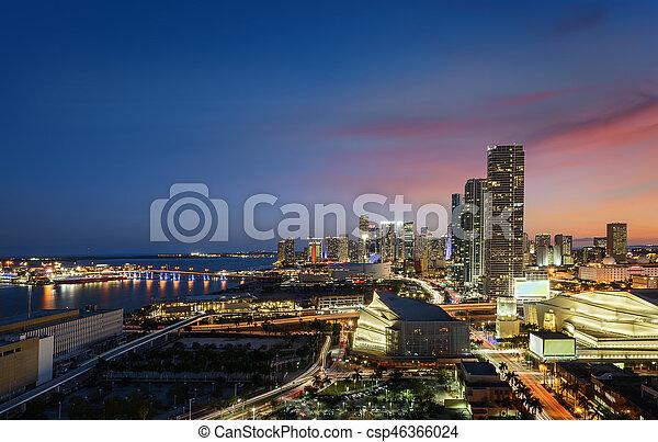Miami en el centro por la noche - csp46366024
