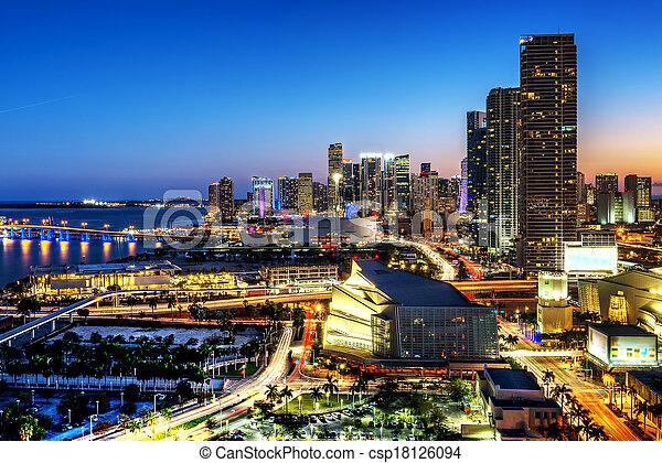 Miami en el centro por la noche - csp18126094