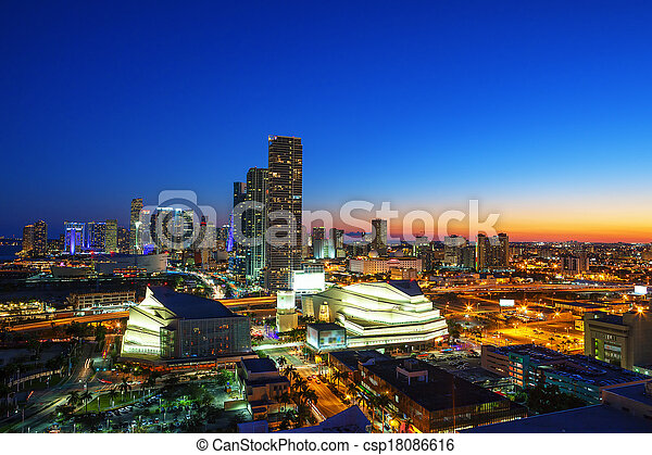 Miami en el centro por la noche - csp18086616