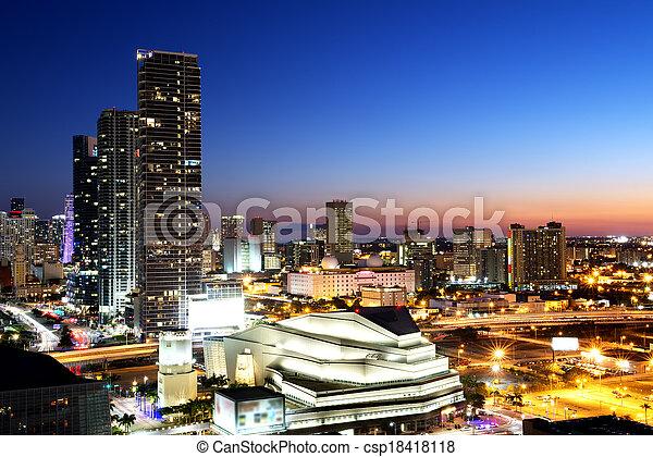 Miami en el centro por la noche - csp18418118