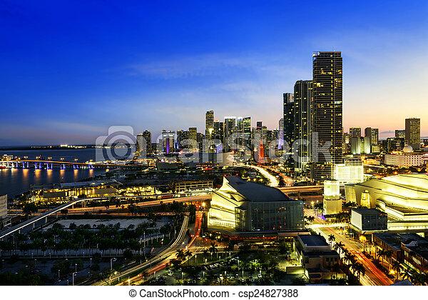 Miami en el centro por la noche - csp24827388