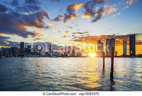 Ciudad de Miami al atardecer - csp18091975