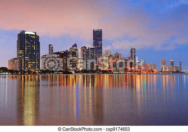 Escena nocturna de Miami - csp9174653