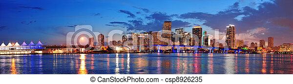 Escena nocturna de Miami - csp8926235