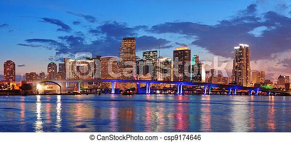 Escena nocturna de Miami - csp9174646