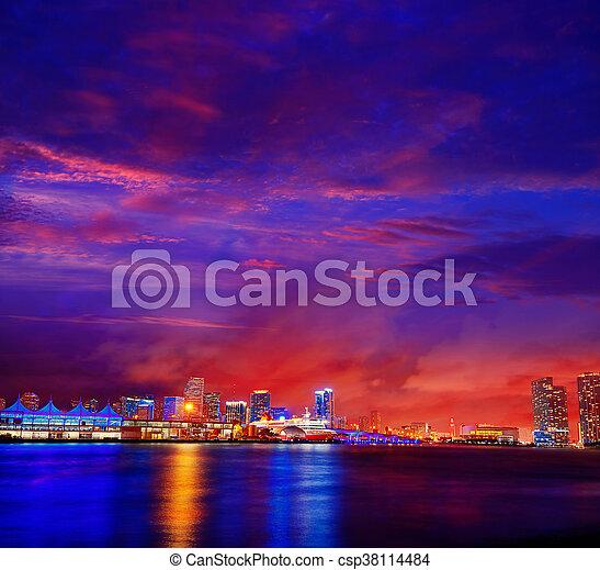 Miami en el centro de Skyline Sunset Florida - csp38114484