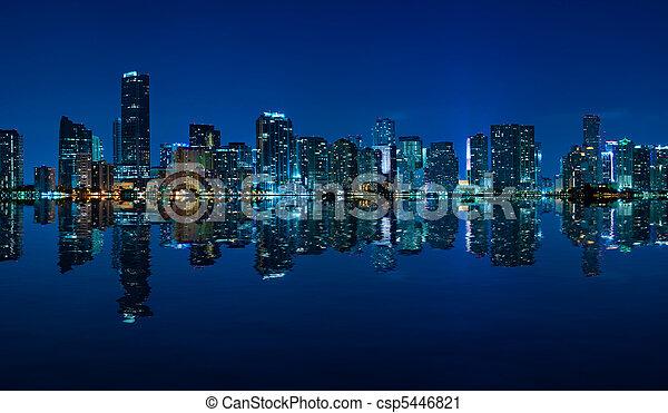 Un panorama nocturno de Miami - csp5446821