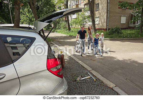 miasto, bicycles, ulica., rodzina - csp67232760