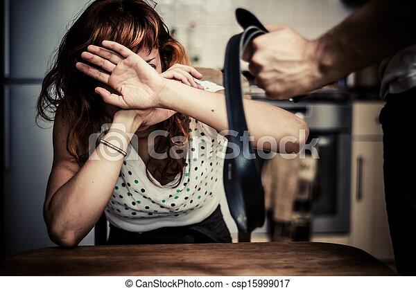 Mujer con miedo a la violencia doméstica - csp15999017