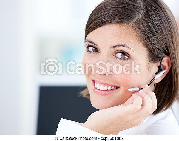 mignon, bureau, elle, femme affaires, clients, conversation, informatique, devant - csp3681887