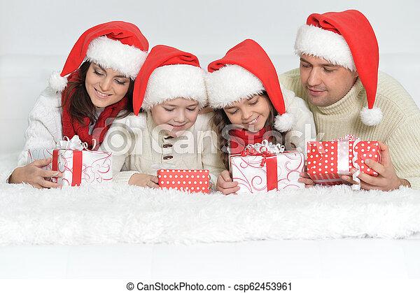 mignon, famille, chapeaux, dons, santa, portrait, heureux - csp62453961