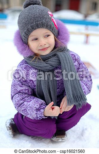 mignon, gros plan, hiver, ensoleillé, peu, neige, amusement, girl, avoir, jour, heureux - csp16021560