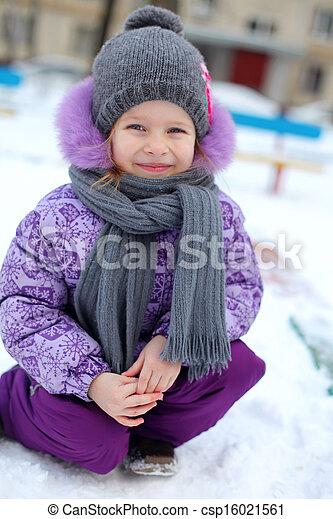 mignon, gros plan, hiver, ensoleillé, peu, neige, amusement, girl, avoir, jour, heureux - csp16021561